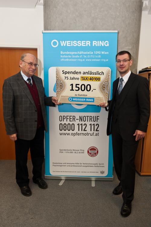 Hon.Prof. Dr. Udo Jesionek (l.), Präsident des WEISSEN RINGES, übernimmt den Spendenscheck von Taxi 40 100-Geschäftsführer Mag. Christian Holzhauser. Bildcredit: Taxi 40100